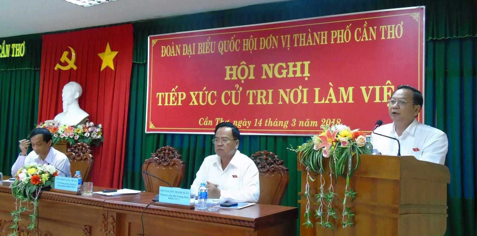 Ông Trần Quốc Trung, Ủy viên Trung ương Đảng, Bí thư Thành ủy, Trưởng Đoàn ĐBQH đơn vị thành phố Cần Thơ, ghi nhận ý kiến, kiến nghị của cử tri. Ảnh: THANH THY