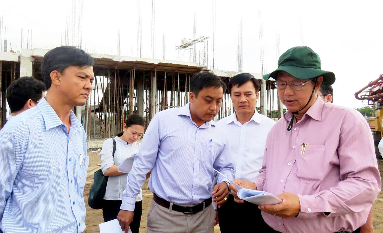 Ông Lê Văn Tâm, Phó Chủ tịch Thường trực UBND TP Cần Thơ (bìa phải) cùng các sở ngành kiểm tra công trình Trường Mầm non Phước Thới 3. Ảnh: B.NGỌC