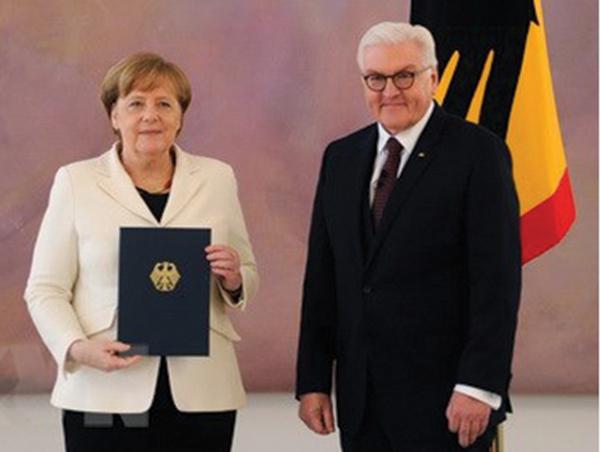 Bà Merkel nhận quyết định bổ nhiệm từ Tổng thống Steinmeier ngày 14-3. Ảnh: AFP
