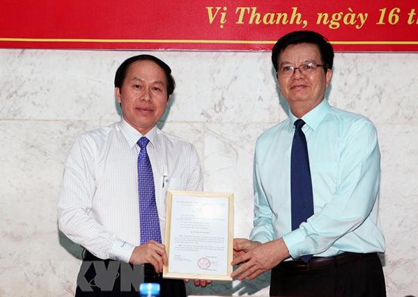 Ông Mai Văn Chính, Phó Trưởng ban Tổ chức Trung ương trao quyết định cho ông Lê Tiến Châu. Ảnh: DUY KHƯƠNG/TTXVN