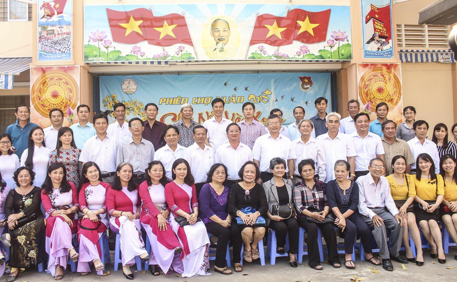 Các đại biểu chụp ảnh lưu niệm với gia đình Anh hùng Liệt sĩ Nguyễn Việt Hồng. Ảnh: PHẠM TRUNG
