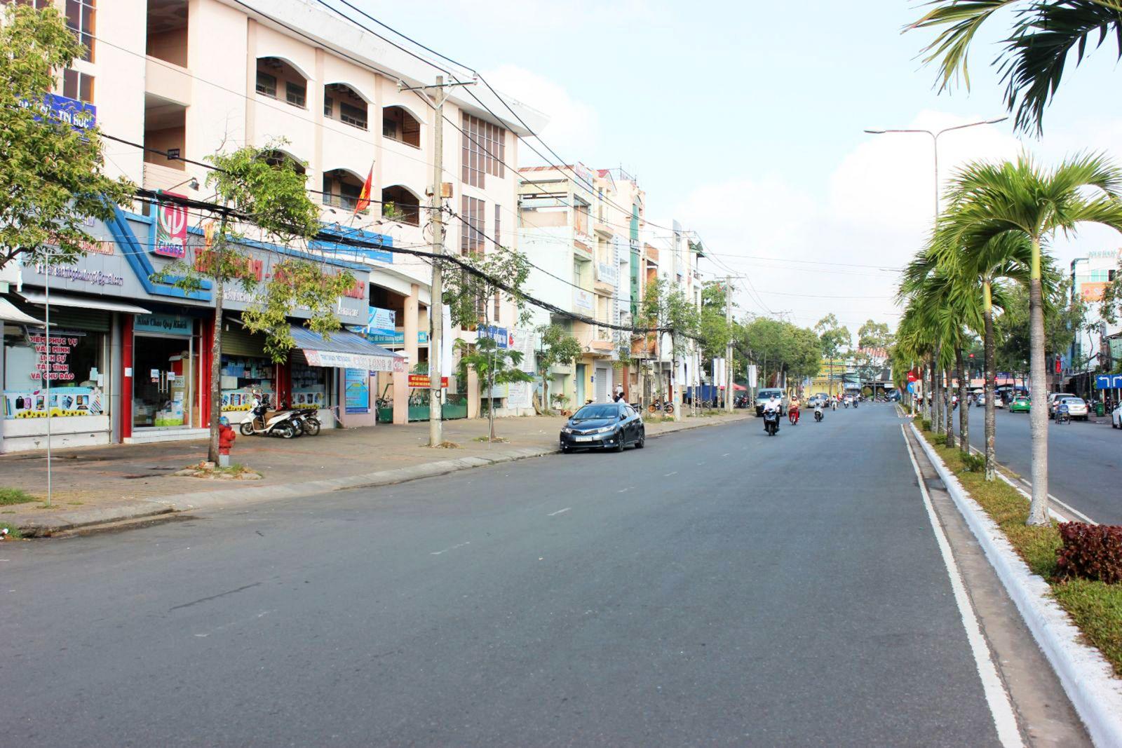 Tuyến đường Trần Văn Hoài đã được các đơn vị thực hiện bó gọn cáp viễn thông, cáp truyền hình, đảm bảo mỹ quan đô thị. Ảnh: ANH KHOA