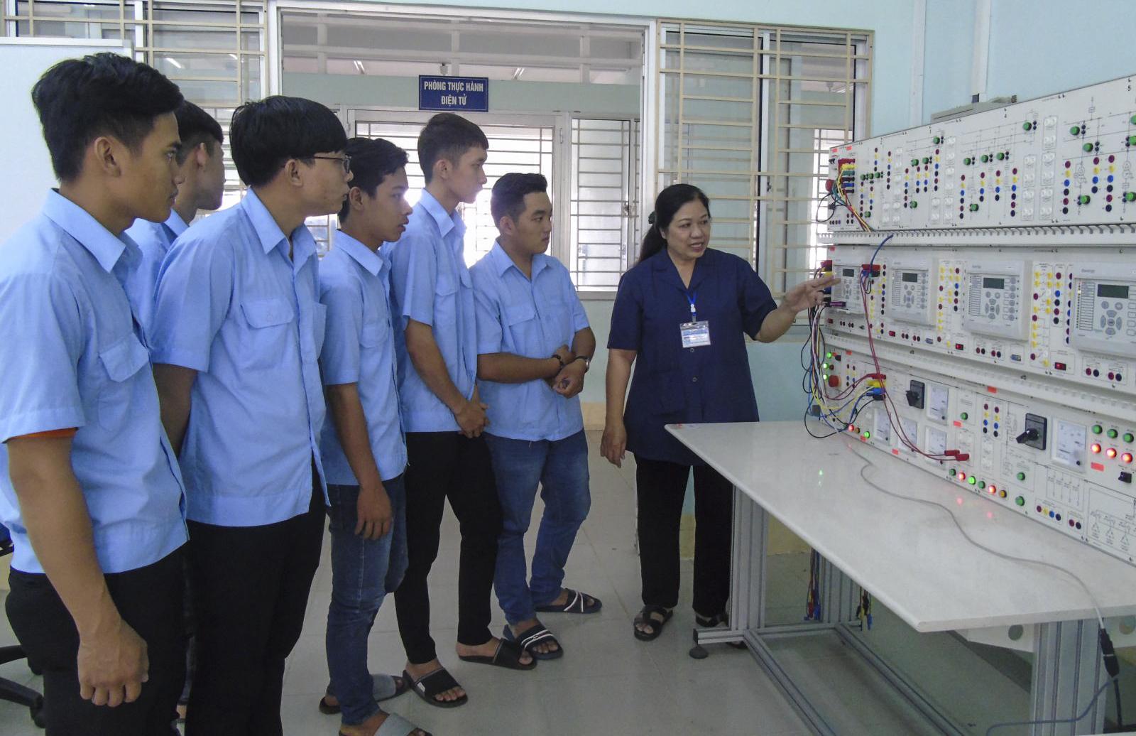 Sinh viên Trường Cao đẳng Nghề Cần Thơ thực hành về hệ thống cung cấp điện. Ảnh: THANH THY