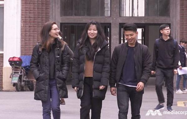 Ko Ko Kyaw (phải) cùng 2 người bạn học. Ảnh: Channel News Asia