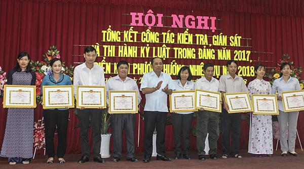 Đồng chí Lê Hoàng Nam, Bí thư Quận ủy Bình Thủy chúc mừng, tặng Giấy khen cho các tập thể thực hiện tốt công tác kiểm tra, giám sát và thi hành kỷ luật trong Đảng năm 2017. Ảnh: Q.LAM