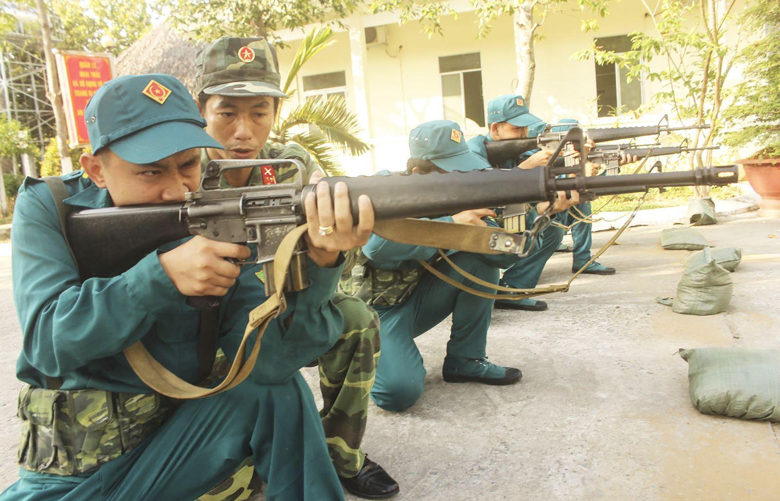 Huấn luyện Dân quân cơ động ở Ban CHQS quận Ninh Kiều. Ảnh: PHẠM TRUNG