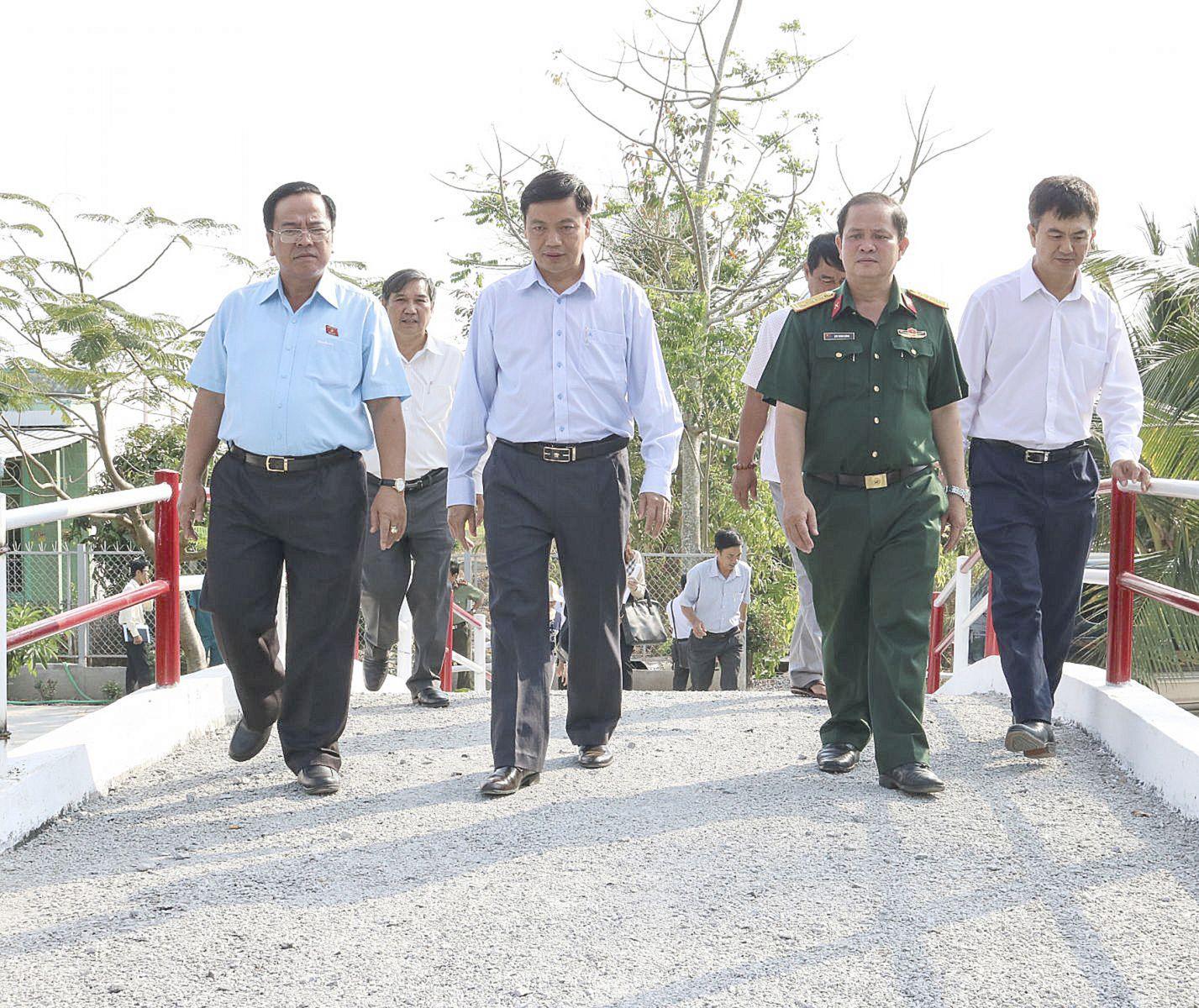 Đoàn Đại biểu Quốc hội thành phố khảo sát tiêu chí giao thông tại xã Thới Hưng, huyện Cờ Đỏ.