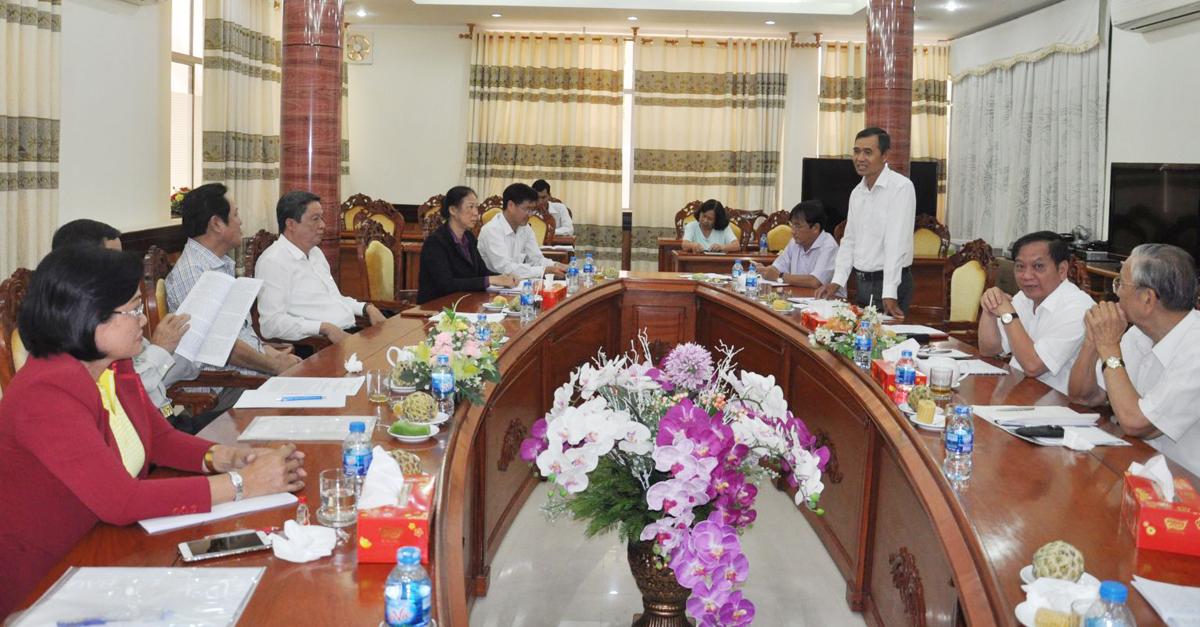 Các đại biểu đóng góp ý kiến vào Dự thảo Lịch sử Văn phòng Tỉnh ủy Cần Thơ 1930-2003.