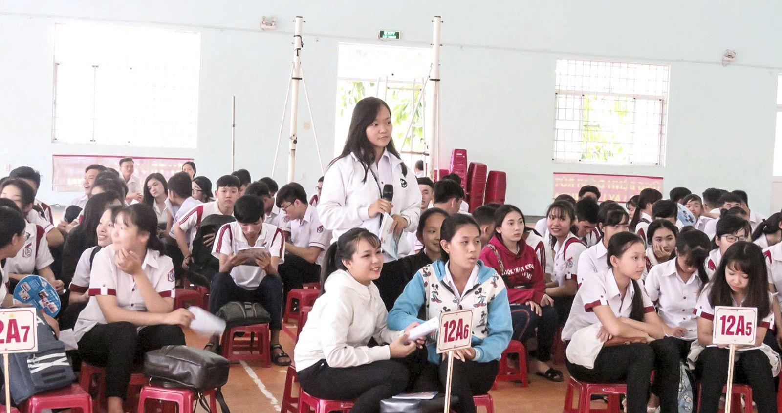Học sinh Trường THPT Trần Đại Nghĩa dự buổi tư vấn tuyển sinh-hướng nghiệp 2018. Ảnh: B.KIÊN