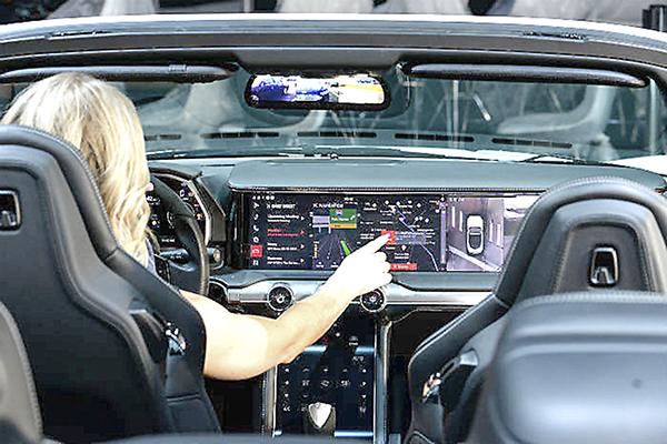 Trình điều khiển tương tác với Watson Assistant trong buồng lái kỹ thuật số của công ty điện tử ô tô HARMAN.