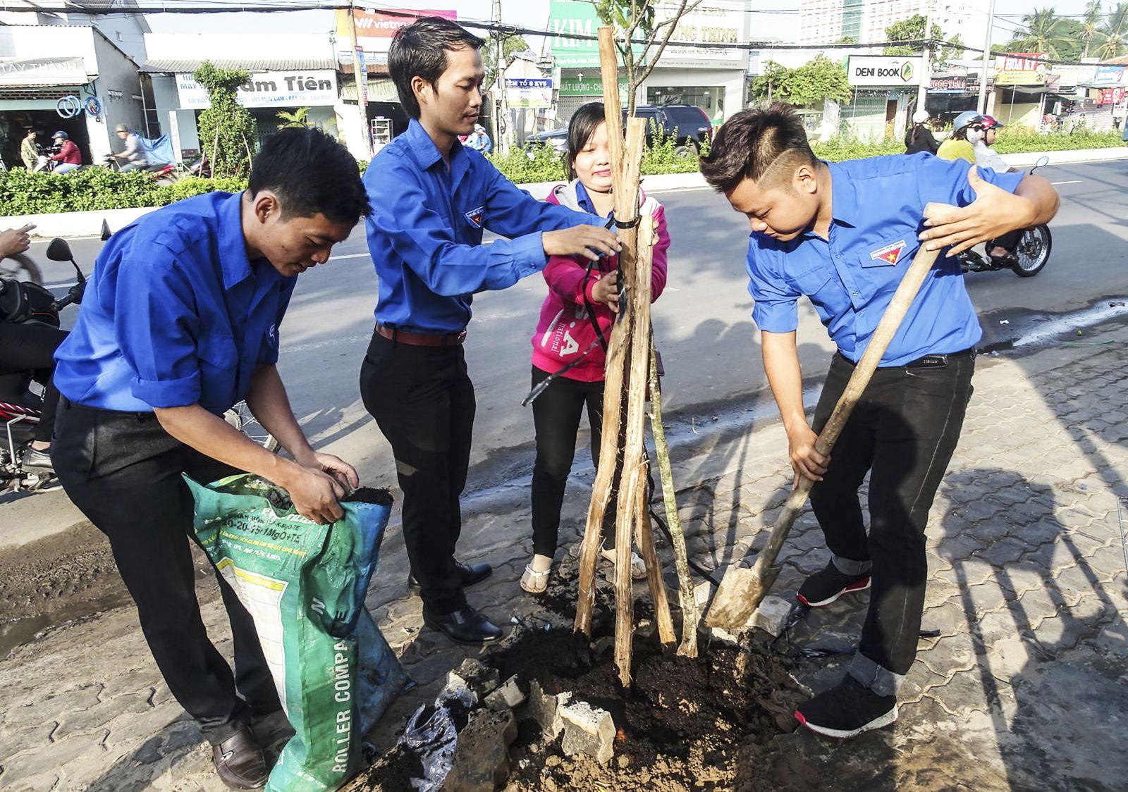 Đoàn viên thanh niên quận Ninh Kiều trồng cây xanh bảo vệ môi trường tại đường Nguyễn Văn Linh. Ảnh: HÀ VĂN