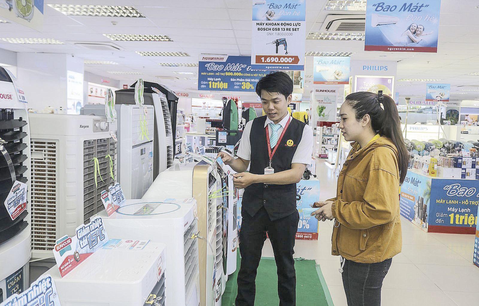 Khách hàng tìm hiểu tính năng của quạt phun sương tại Trung tâm mua sắm Sài Gòn-Nguyễn Kim tại Cần Thơ. Ảnh: M.HOA