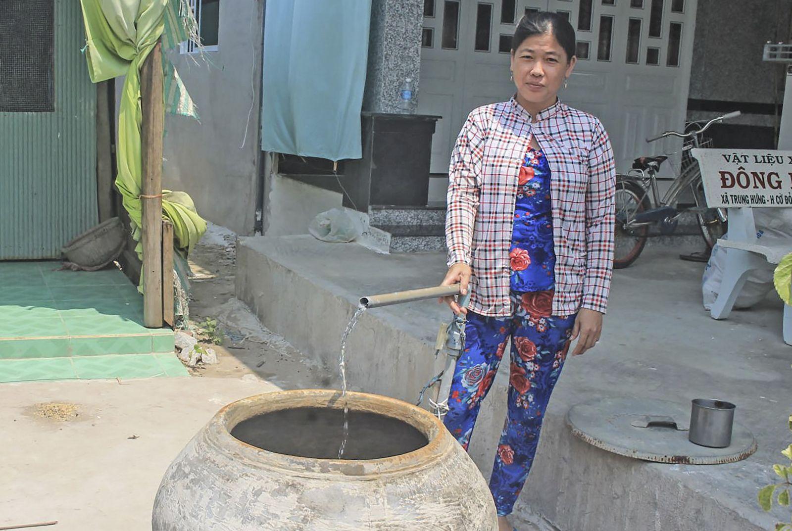 Sử dụng nước sạch tại hộ bà Trần Thị Mỹ Thanh, xã Thạnh Phú, huyện Cờ Đỏ, TP Cần Thơ. Ảnh: KHÁNH TRUNG