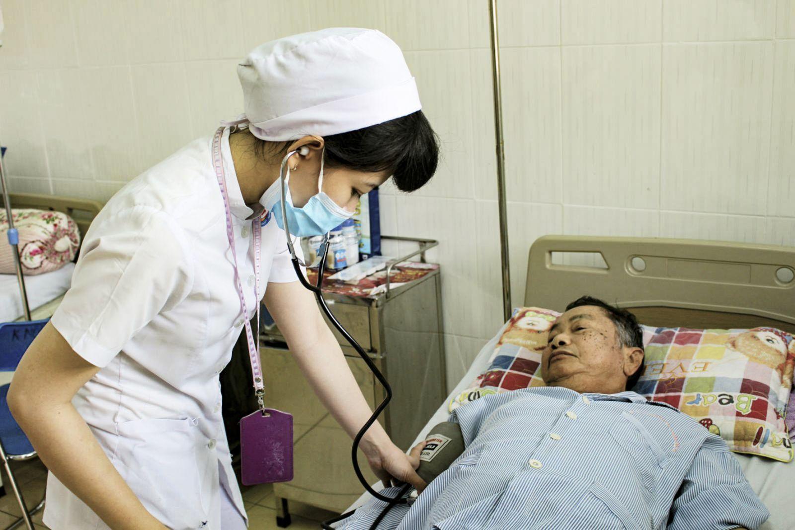 Cán bộ y tế BV Trường Đại học Y dược Cần Thơ kiểm tra sức khỏe cho bệnh nhân đái tháo đường đang điều trị.