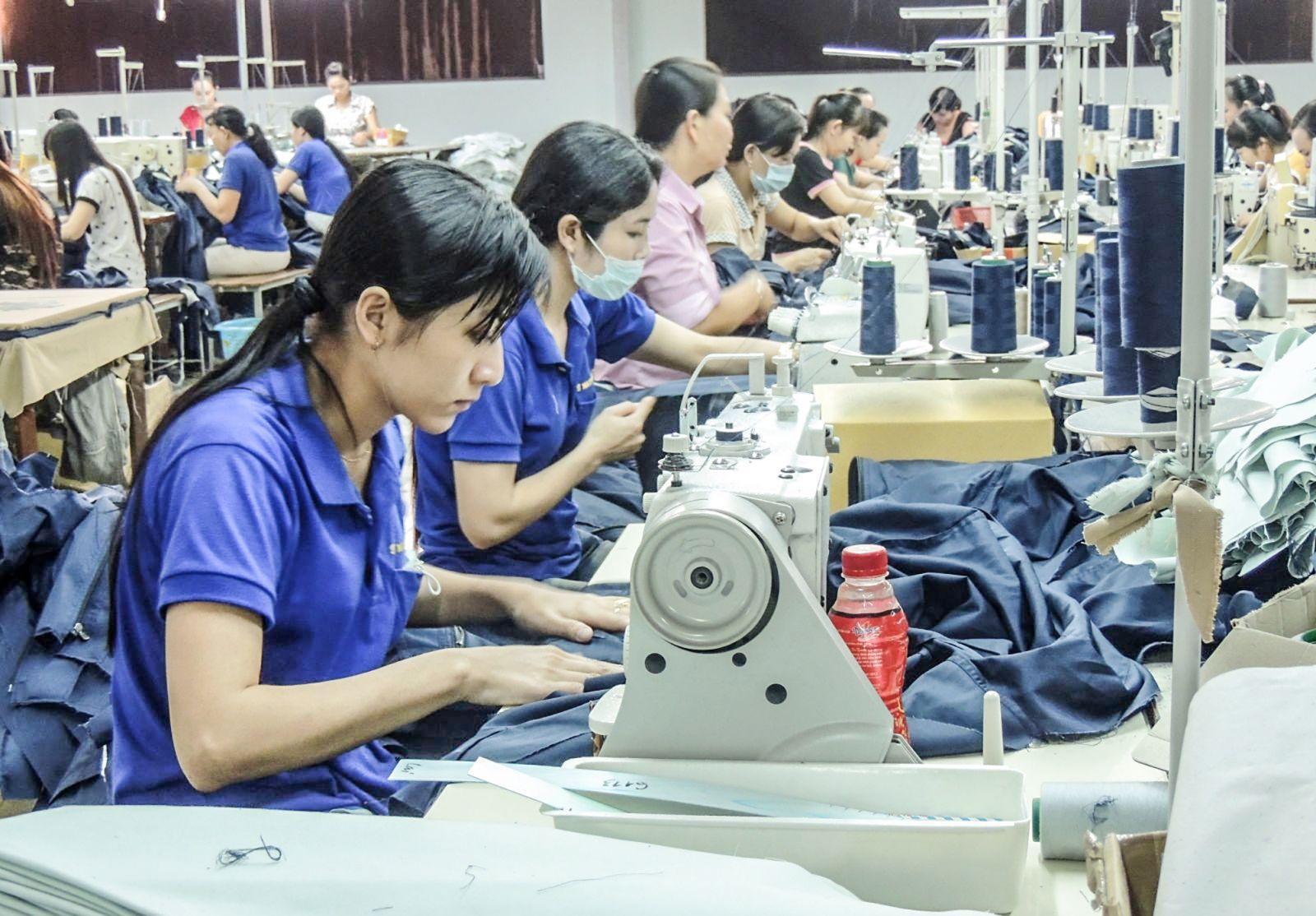 Hoạt động sản xuất tại Công ty TNHH May xuất nhập khẩu Hào Tân. Ảnh: MỸ THANH