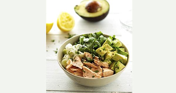 Món rau trộn làm từ cải bó xôi, cá hồi và trái bơ. Ảnh: theironyou