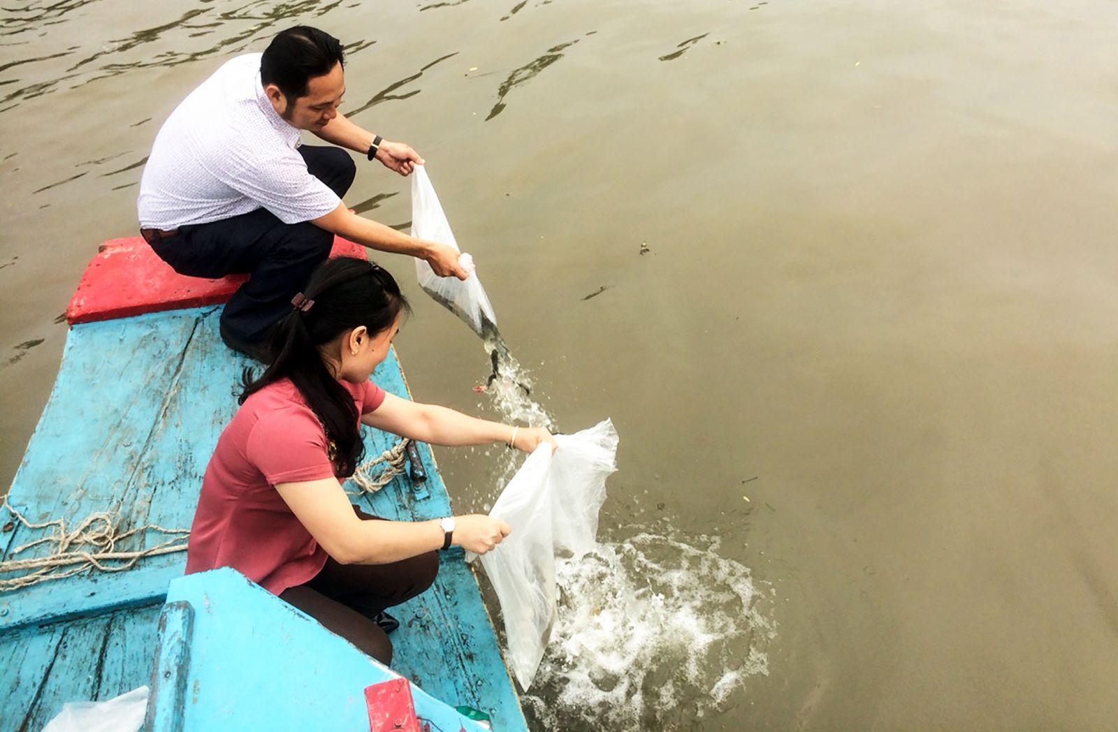 Hoạt động thả cá tại quận Bình Thủy. Ảnh: T. TRINH