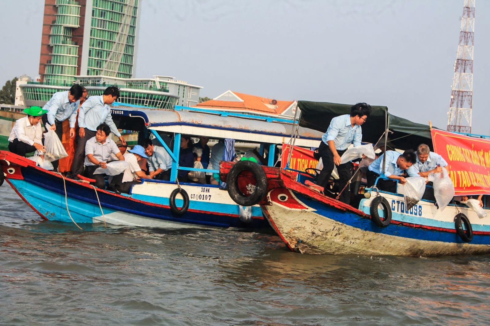 Sở NN&PTNT TP Cần Thơ phối hợp các sở ngành thành phố, địa phương và các tổ chức, cá nhân tiến hành thả hơn 3 tấn cá vào tự nhiên vào sáng ngày 1-4. Ảnh: KHÁNH TRUNG
