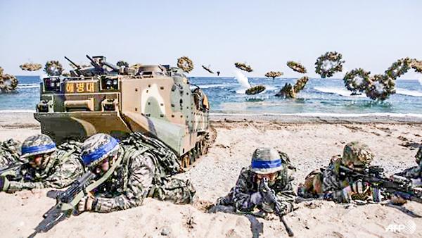 Binh sĩ Mỹ và Hàn Quốc tập trận đổ bộ. Ảnh: AFP