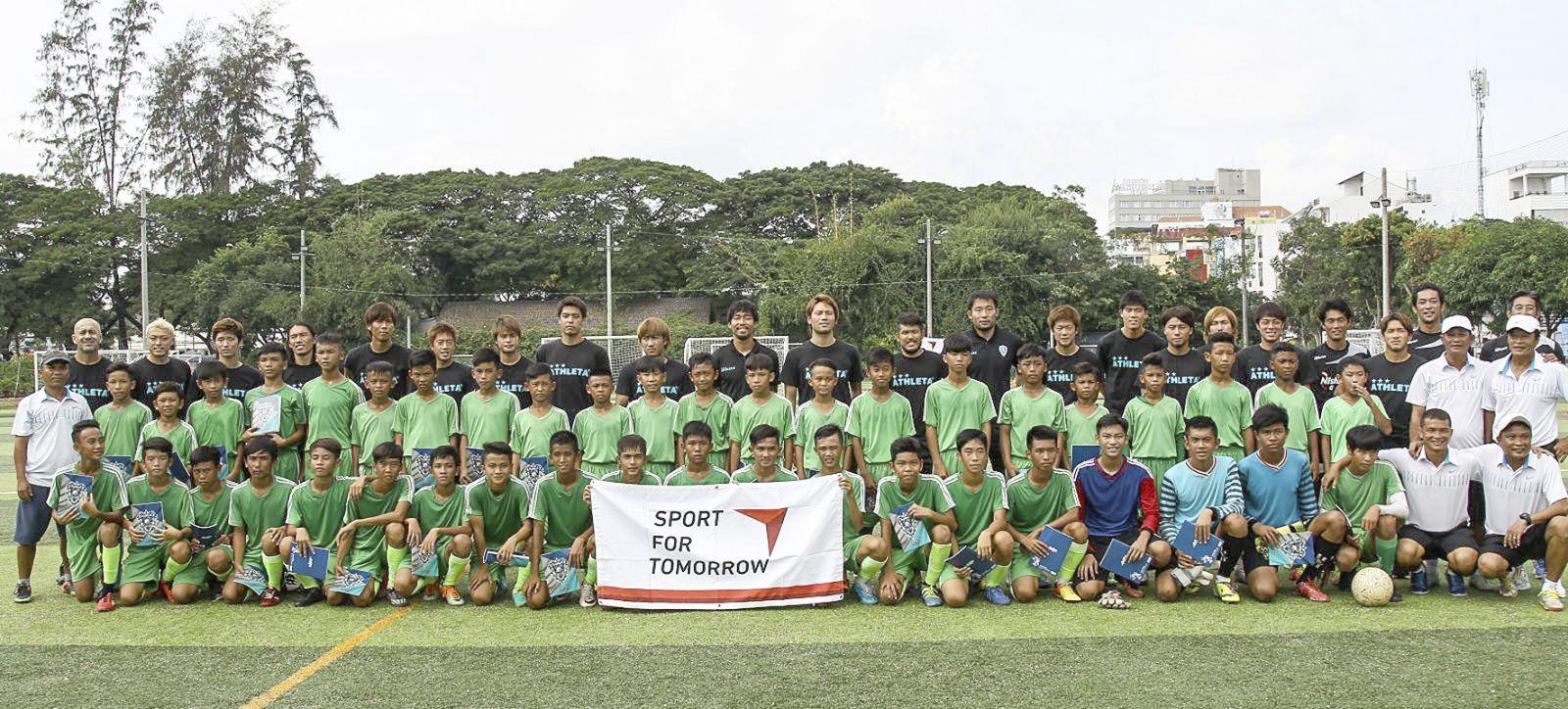 Các cầu thủ trẻ và năng khiếu Cần Thơ cùng các HLV Phòng Đào tạo bóng đá trong buổi giao lưu với cầu thủ CLB Avispa Fukuoka (Nhật Bản) năm 2016. Ảnh: NGUYỄN MINH