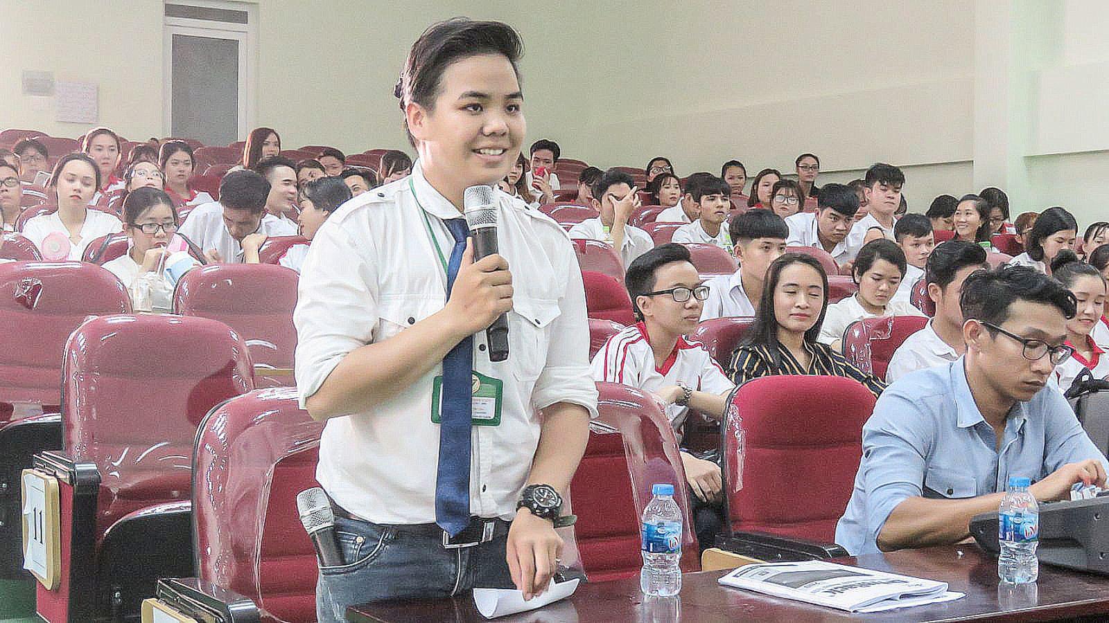 Sinh viên đặt câu hỏi với doanh nghiệp tại chương trình giao lưu đối thoại giữa DN và HSSV do Trường CĐ Nghề Du lịch Cần Thơ tổ chức. Ảnh: B.KIÊN