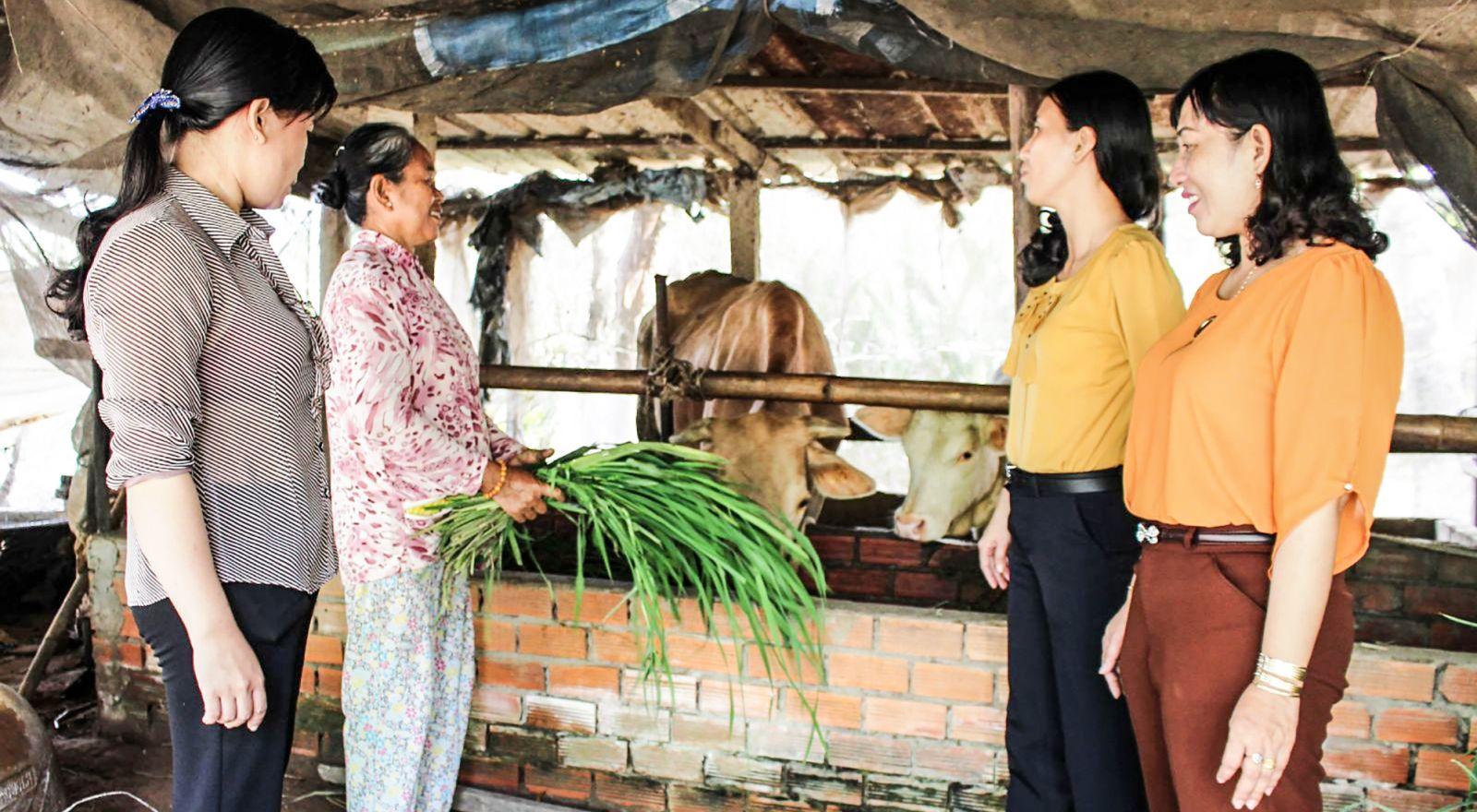 Bà Võ Thụy Ngân Hà, Chủ tịch UBMTTQVN phường Thới An Đông (bìa phải) thăm một hộ được địa phương giúp đỡ vươn lên thoát nghèo. Ảnh: ĐỒNG TÂM