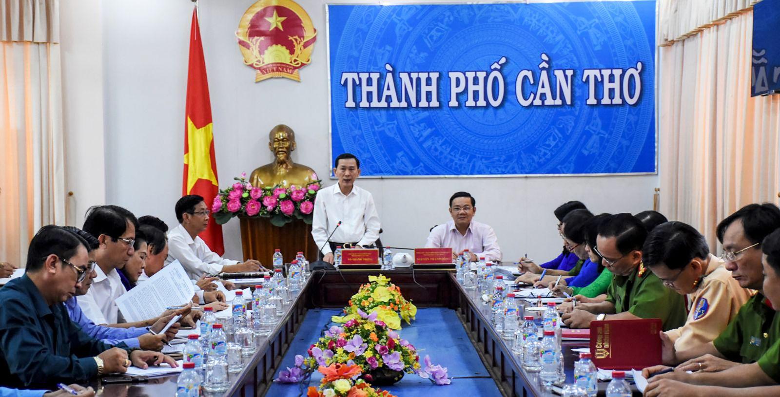 Đồng chí Võ Thành Thống, Chủ tịch UBND TP Cần Thơ, Trưởng Ban ATGT thành phố nhấn mạnh cần tăng cường thực hiện các giải pháp bảo đảm trật tự ATGT. Ảnh: XUÂN ĐÀO