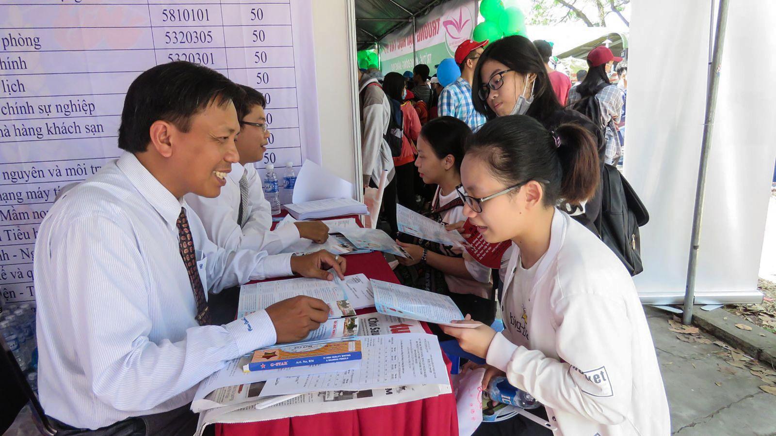 Tiến sĩ Hồ Thanh Tâm đang tư vấn tuyển sinh cho học sinh. Ảnh: B.NG