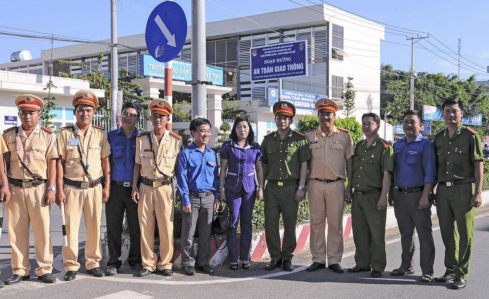 Các ban, ngành, đoàn thể trên địa bàn quận Ninh Kiều phối hợp xây dựng đoạn đường ATGT tuyến đường Nguyễn Văn Cừ, ra mắt cuối năm 2015, đến nay tiếp tục duy trì hiệu quả, góp phần tích cực trong giữ gìn an ninh trật tự. Ảnh: KIỀU CHINH
