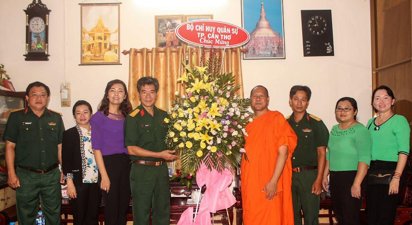 Đại tá Trần Văn Đức, Phó Chỉ huy trưởng Bộ CHQS thành phố, tặng hoa chúc mừng Thượng tọa Trần Sol, Trụ trì chùa Munirangsay (quận Ninh Kiều) và Ban Quản trị Chùa.