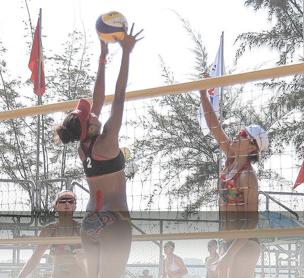 Trận đấu giữa đội Việt Nam 2 với Indonesia tại Giải BCBB nữ châu Á năm 2017. Ảnh: NGUYỄN MINH