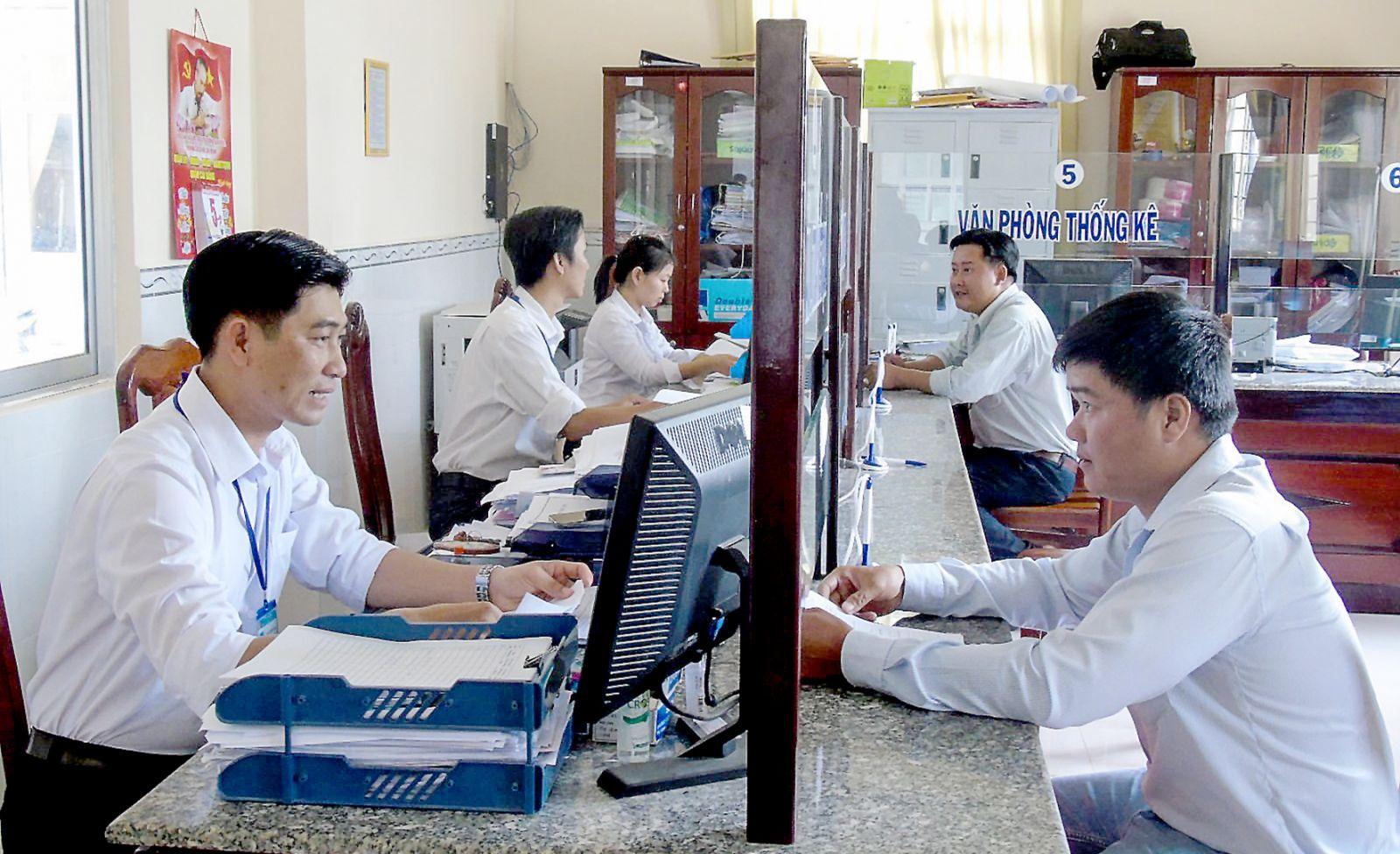 Cán bộ phường Hưng Thạnh nâng cao tinh thần trách nhiệm trong thực hiện công vụ, giải quyết thủ tục hành chính cho người dân đúng hẹn. Ảnh: THANH THY