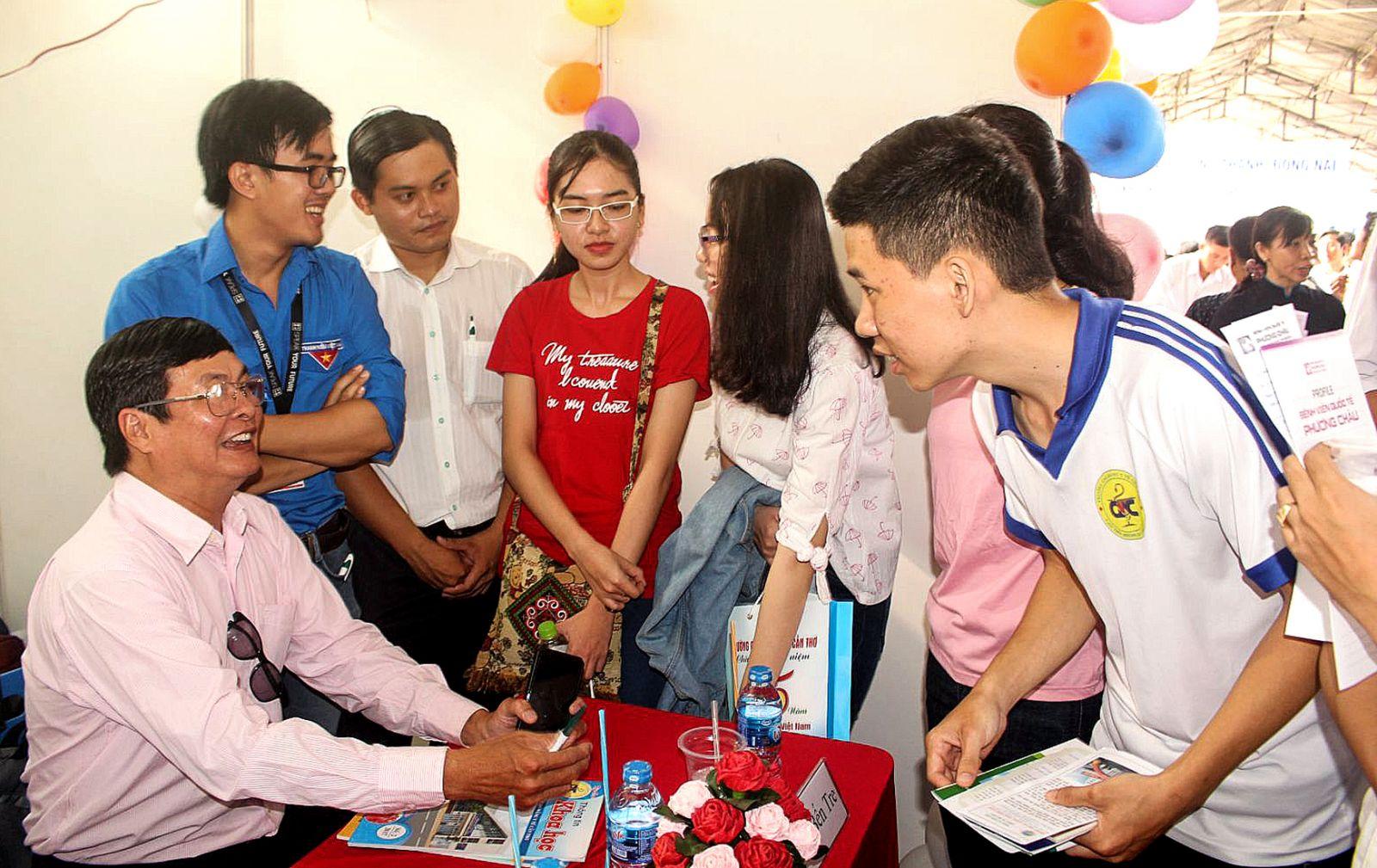 Các sinh viên tìm hiểu thông tin tuyển dụng trong Ngày hội việc làm Trường Đại học Y Dược Cần Thơ. Ảnh: PHẠM TRUNG