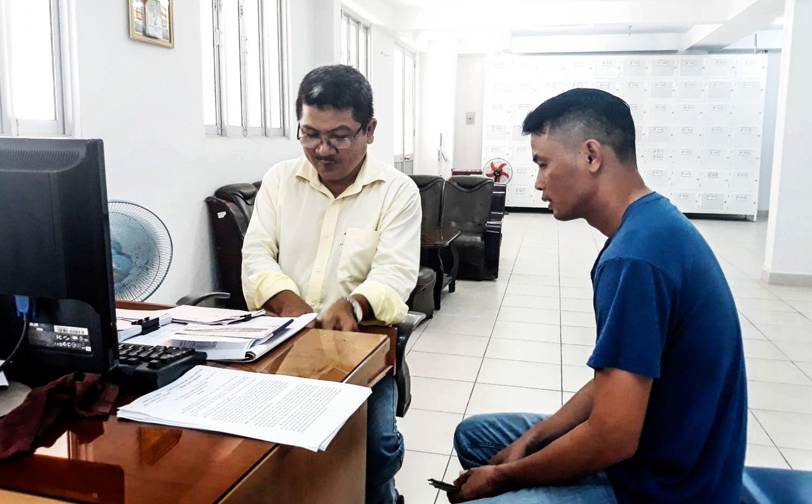 Tổ quản lý Chung cư Hưng Phú tư vấn, phổ biến các thông tin cần thiết cho người dân sống tại chung cư. Ảnh: MINH HUYỀN