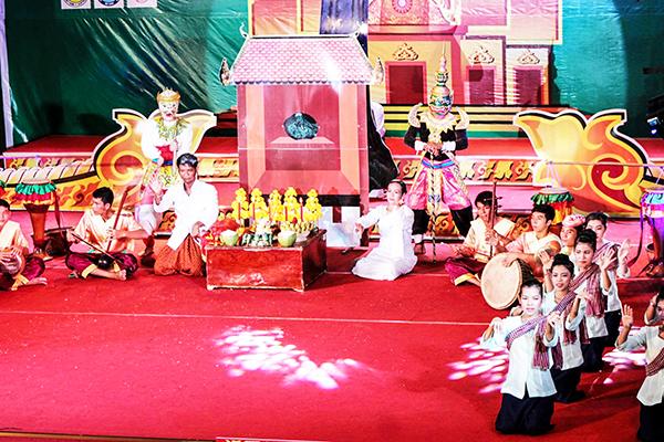 Đội văn nghệ quần chúng TP Cần Thơ biểu diễn trong Ngày Hội VH-TT-DL Khmer Nam bộ. Ảnh: TẤN PHÚC