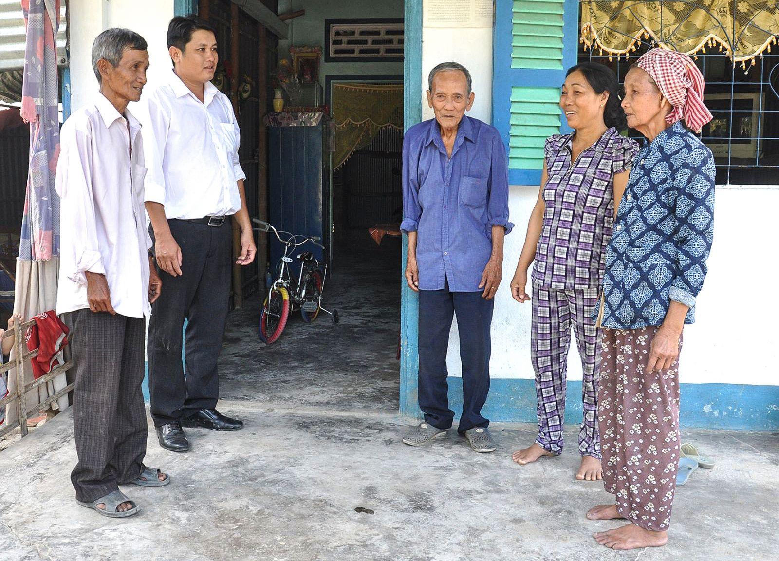 Đồng chí Đào Ngọc Hồng, Chi ủy viên, Trưởng Ban công tác Mặt trận ấp Định Yên, xã Định Môn (bìa trái) vận động người dân thực hiện các chủ trương của địa phương.