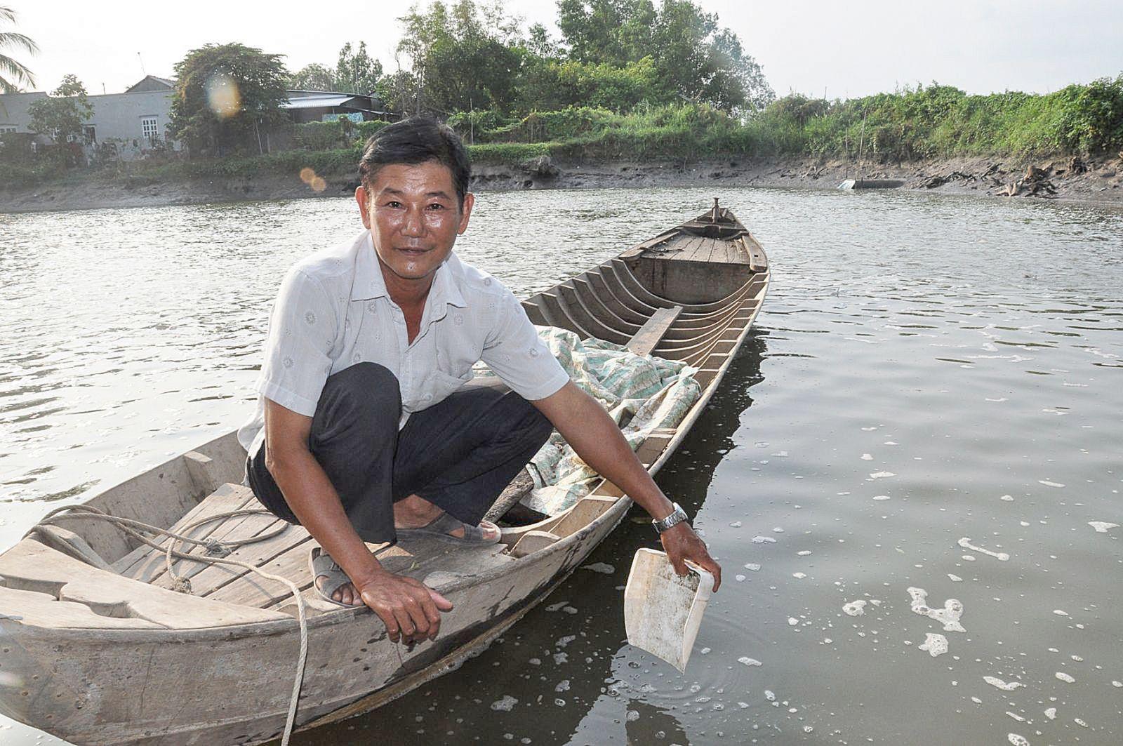 Ông Lê Văn Bảy cần cù lao động để có điều kiện giúp đỡ cho nhiều hoàn cảnh khó khăn. Ảnh: ANH DŨNG