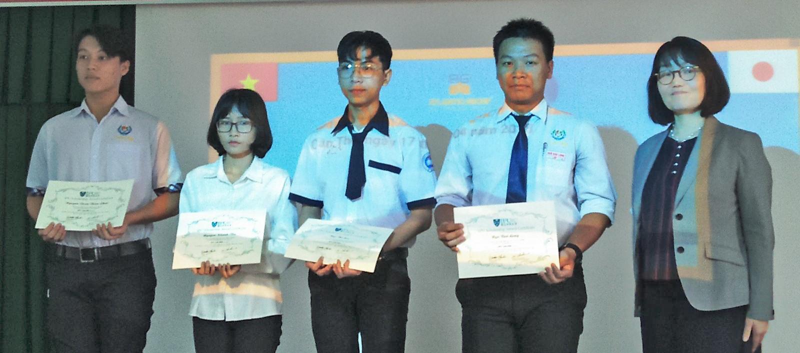 Đại diện Tập đoàn Giáo dục SOSHI  (bìa phải) trao học bổng cho 4 học sinh. Ảnh: B.NG