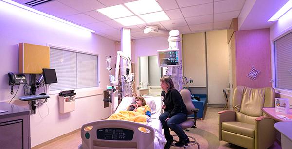 Phòng bệnh có hệ thống trị liệu ánh sáng tại Bệnh viện Nhi khoa Masonic.