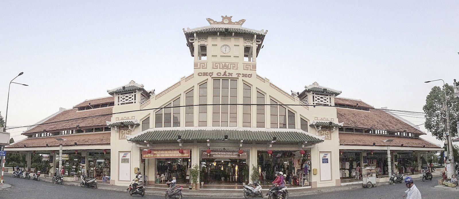 Chợ Hàng Dừa (ảnh chụp năm 1955, chụp lại) và chợ Cần Thơ nay. Ảnh: ĐĂNG HUỲNH
