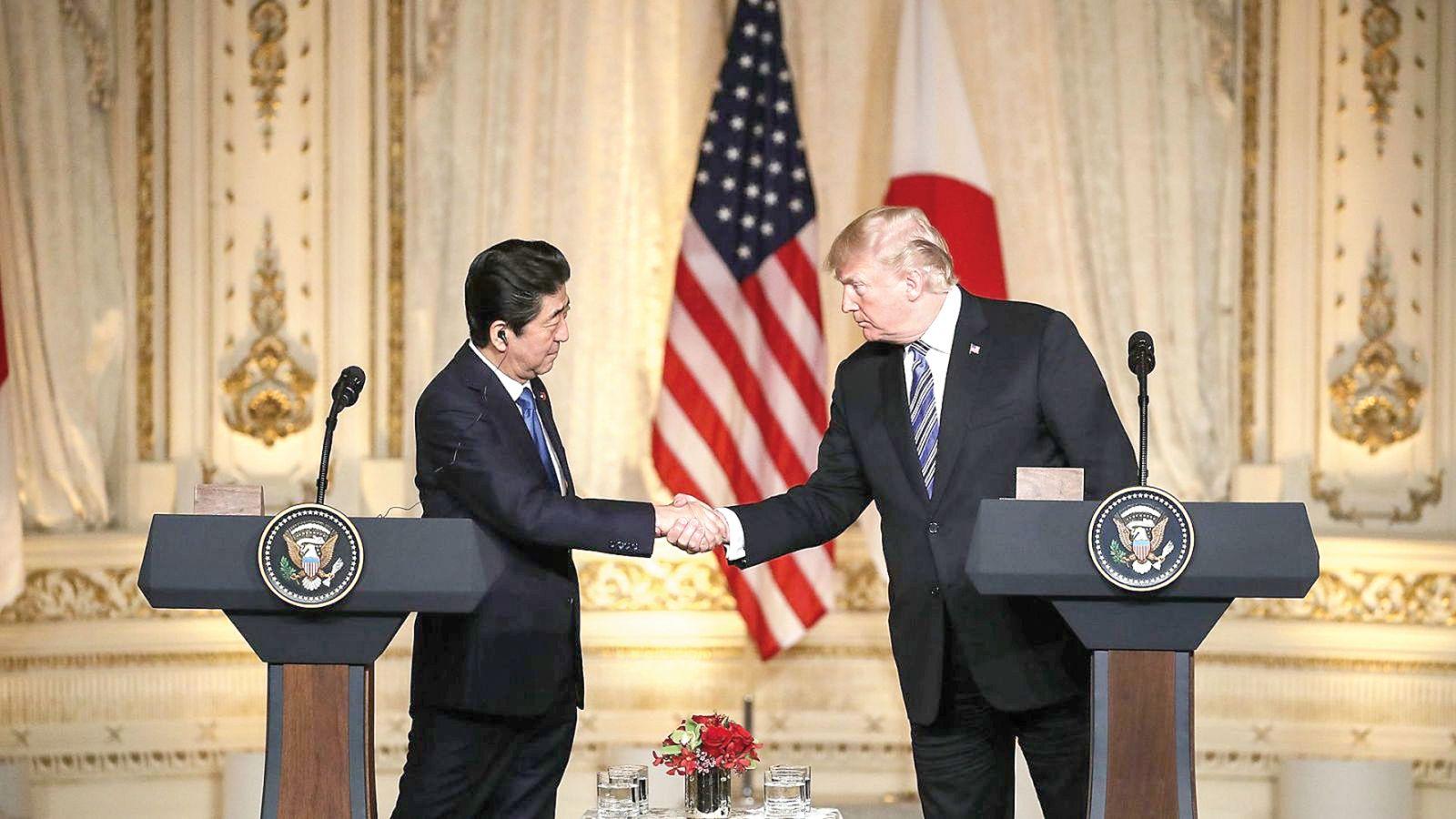 Thủ tướng Abe (trái) và Tổng thống Trump tại cuộc họp báo chung. Ảnh: AP