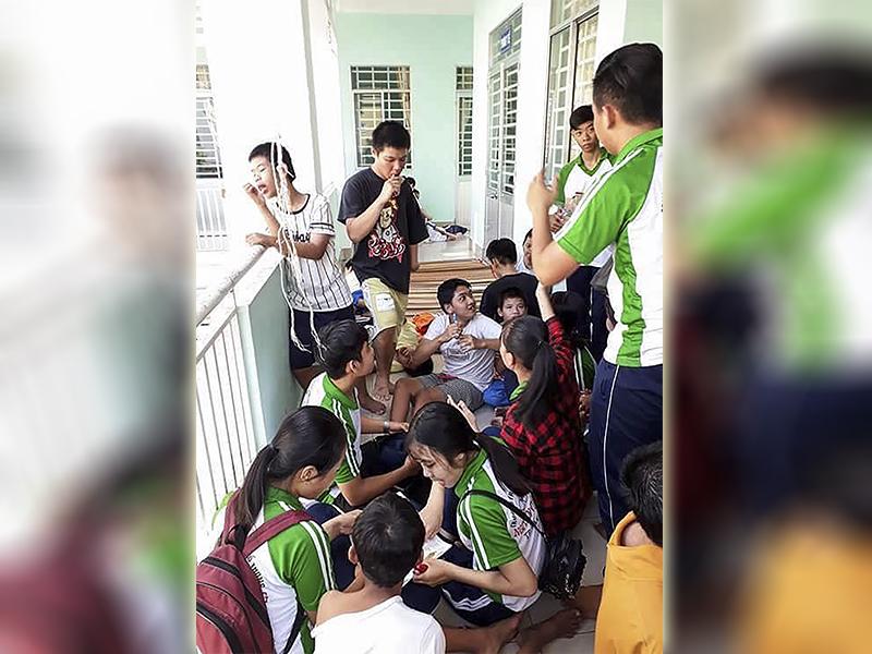 Học sinh Trường THPT Nguyễn Việt Dũng thăm trẻ mồ côi ở Trung tâm Công tác xã hội. Ảnh: CTV