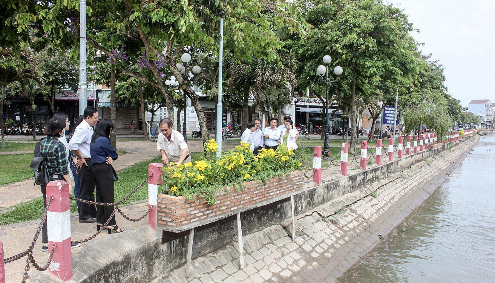 Sáng kiến xây dựng bờ kè xanh (hồ Xáng Thổi) trồng hoa tạo không gian xanh cho đô thị thành phố. Ảnh: ANH KHOA