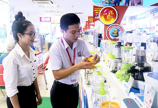 Khách hàng chọn mua dụng cụ chế biến nước uống ở Trung tâm mua sắm Sài Gòn - Nguyễn Kim tại Cần Thơ. Ảnh: M.HOA