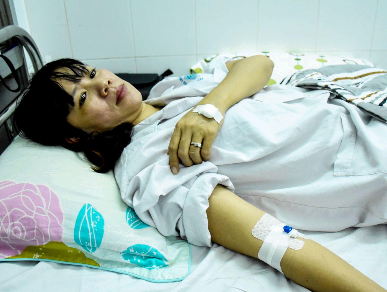 Bà Trần Thị Thúy Hồng bị chồng đánh chấn thương phải nhập viện. Ảnh: X.ĐÀO