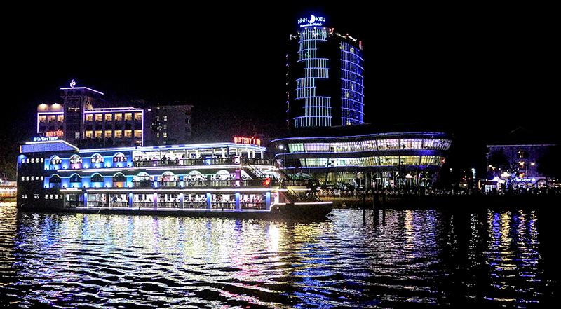 Du lịch đường sông và du thuyền khám phá Mê Công là sản phẩm chiến lược mà các chuyên gia tư vấn cho du lịch ĐBSCL. Trong ảnh: Du thuyền trên sông Hậu về đêm. Ảnh: ÁI LAM