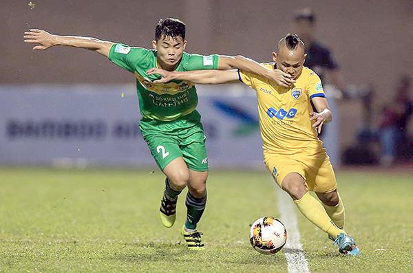 Trung vệ trẻ Tùng Quốc (trái) của Cần Thơ tranh chấp với cầu thủ Thanh Hóa trong trận hòa 1-1 cuối tuần trước. Ảnh: VPF
