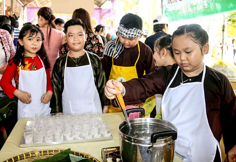 Học sinh Trường Tiểu học Võ Trường Toản (quận Ninh Kiều) trải nghiệm đổ rau câu. Đây là điểm mới tại Lễ hội năm nay. Ảnh: ĐĂNG HUỲNH