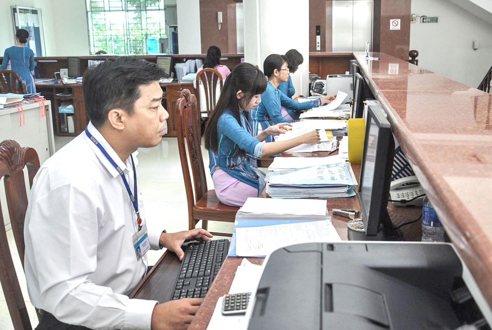 Thực hiện dịch vụ công trực tuyến của hệ thống KBNN, cán bộ công chức KBNN Cần Thơ xử lý thủ tục hành chính của các cơ quan, đơn vị qua mạng. Ảnh: ANH DŨNG