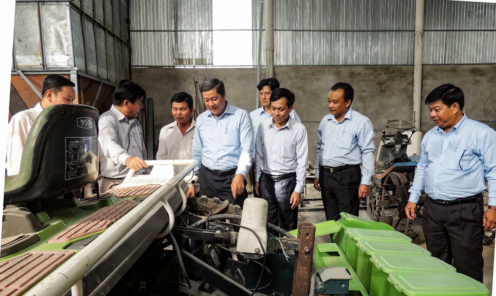 Lãnh đạo thành phố tham quan máy móc trang bị tại Hợp tác xã Nông nghiệp Đại Lợi, xã Trường Xuân. Ảnh: MỸ THANH